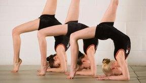 Los gimnastas deben cumplir con la habilidad y los requisitos de edad del USAG para cada nivel.