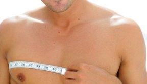 Haz ejercicio con frecuencia y controla tu dieta para perder grasa en los pectorales.