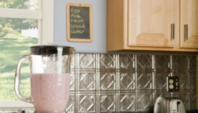 Hacer licuados caseros es una buena opción como bocadillos saludables.