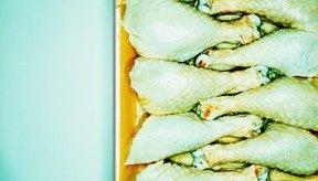 Siempre descongela el pollo en la heladera o en el microondas.