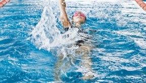 Utilizar una figura inapropiada al nadar puede contribuir al dolor de espalda.