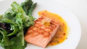 Protege tu salmón con papel aluminio al cocinarlo a la parrilla.