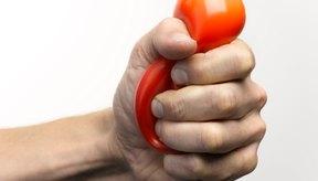 Aprieta una bola de estrés para aliviar el dolor de la artritis.