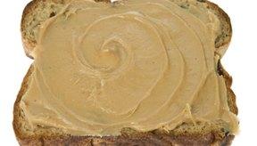 La mantequilla de maní sobre el pan integral te llena por más tiempo.