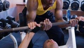 Los ejercicios multiarticulares, como la prensa de banquillo, trabajan más de un grupo muscular.