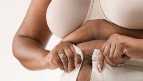Las mujeres de cualquier edad pueden perder grasa abdominal a través de aumentar la actividad física y comer de manera saludable.