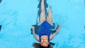 Realiza ejercicios de bajo impacto para proteger tu espalda lastimada.