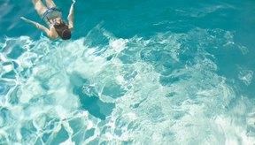 La natación hace trabajar a los principales grupos de músculos y puede ser un ejercicio agotador.