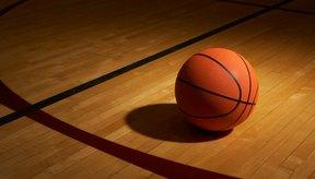Muchas de las canchas de basquetbol tienen superficie de madera.