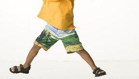 Los saltos de tijera son un gran ejercicio de calentamiento para los niños.