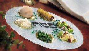 El hueso de muslo se coloca en el plato de seder junto con otros alimentos simbólicos durante la pascua judía.