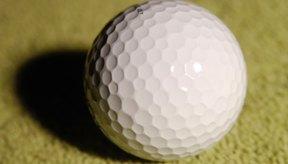 Todas las pelotas de golf están cubiertas con una carcasa de plástico duro.