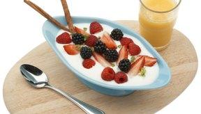 Añade fruta al yogur para preparar un desayuno delicioso y saludable.