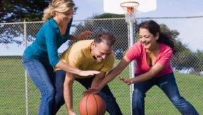 Un juego casual de baloncesto puede ser una forma efectiva de ejercitarse.