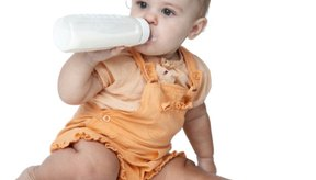 Si tu bebé necesita aumentar de peso, prueba darle una fórmula láctea de muchas calorías o ingestas más frecuentes.