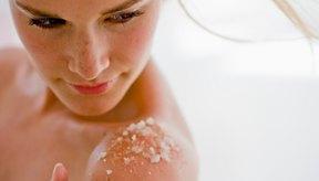 La exfoliación suave podría descamar algo de suciedad, aceite y piel muerta que está tapando tus poros.