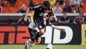 Empujar o golpear a un jugador se considera una falta en el fútbol.