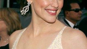 Jennifer Garner luce su tono de piel con un vestido de un sutil tono crema.