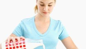 La leche baja en grasa es una buena fuente de proteínas para tu hija adolescente.