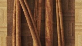 La canela sin tratar se ve como rollos que forman ramas delgadas.