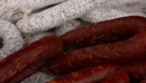 La salchicha está hecha de una amplia variedad de ingredientes.