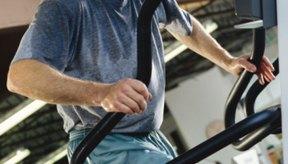 Hombre utilizando una escaladora.
