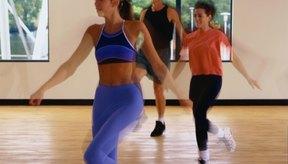 Los ejercicios de Zumba combinan los aeróbicos de bajo impacto con movimientos inspirados en el baile latino.