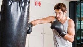 Entrenar en un saco pesado puede ayudarte a aprender cómo golpear con poder.