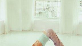 La posición de yoga perro boca abajo, podría ayudar a aliviar tu distensión abdominal.