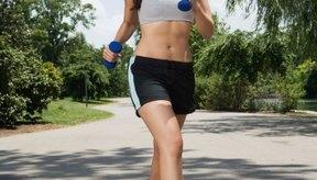 Una caminata diaria puede ayudar a perder peso.