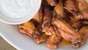 Luego de que las alitas estén cocidas sírvelas con tu salsa favorita.