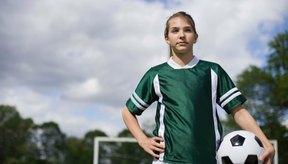 Jugar fútbol requiere velocidad y resistencia.