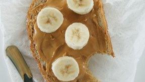 La mantequilla de maní y bananas en rodajas hacen un delicioso bocadillo.