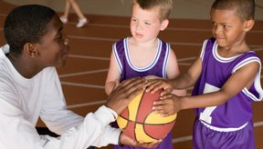 Juega juegos para enseñar habilidades de baloncesto a los niños de 4 años de edad.