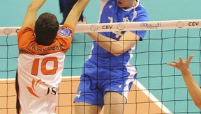 La estrategia en el voleibol se vuelve más elaborada a medida que aumenta el nivel de las habilidades.