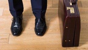 Caminar con zapatos de suela dura puede exacerbar la tensión muscular en los dedos del pie y producir calambres.