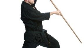 Los estudiantes de Kenpo Karate aprenden a usar un bastón de madera.
