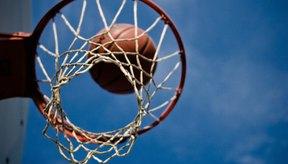 Tirando la pelota a través de la parte superior del aro es cómo anotas en basketball.