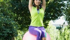Sentarse sobre una pelota de equilibrio puede ayudar a mejorar tu postura.