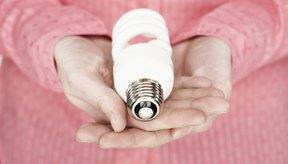 Las bombillas compactas fluorescentes emiten luz ultravioleta.