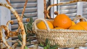 Los alimentos ricos en vitamina C como las naranjas fomentan la salud de los dientes y las encías.