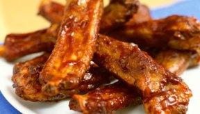 Hervir las costillas sueltas antes de cocinarlas hace que la carne se salga del hueso.