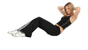 El curlup de rodilla flexionada trabaja los músculos abdominales.