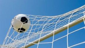 Los postes de fútbol soportan una red en la parte posterior de la portería.