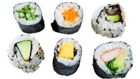 El sushi vegetariano envuelto en algas es seguro para que lo consumas durante el embarazo.