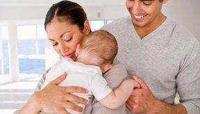 Haz eructar al bebé con frecuencia y dale masajes en la espalda con un suave masaje abdominal para aliviar el dolor.