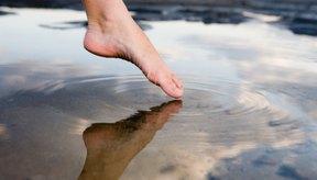 Cuidar de tus pies luego de una larga caminata requiere descanso.