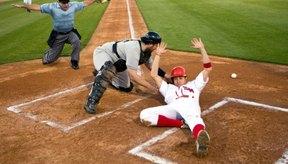 En la mayoría de niveles del béisbol, las líneas de base son de 90 pies.