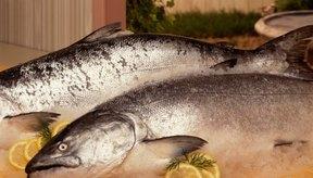 Cocinar un salmón entero es fácil y sabroso.