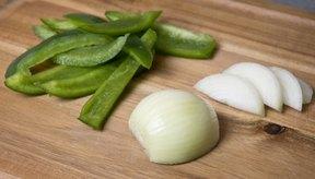 Corta los pimientos morrones y la cebolla.